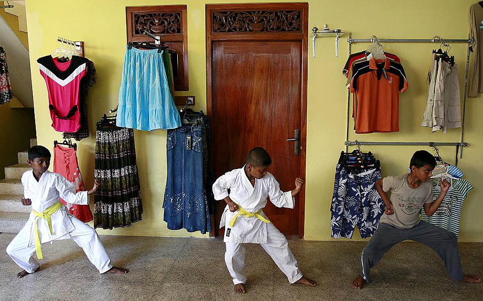 14) Дети на занятии по каратэ, который проводится в магазине одежды в городе Хиккадува на Шри-Ланке. После закрытия магазин превращается в место, где дети обучаются боевым искусствам. (Andrew Caballero-Reynolds/Reuters)