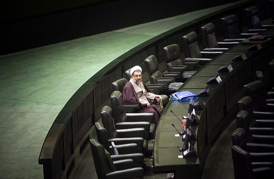 15) Законодатель иранского парламента на церемонии по случаю Дня парламента в Тегеране. (Morteza Nikoubazl/Reuters)