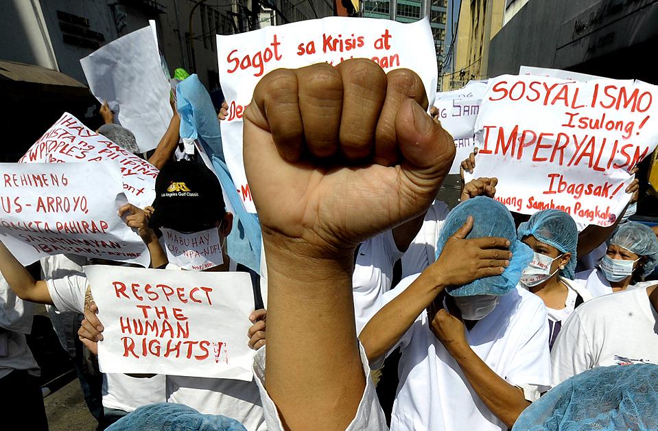 1) Активисты собрались в Маниле на акцию протеста, связанную с убийством 57 человек в конце ноября. Власти Филиппин обвиняют в этом преступлении наследника могущественного клана, который связан с президентом страны Глорией Макапагал Арройо. (Jay Directo/Agence France-Presse/Getty)