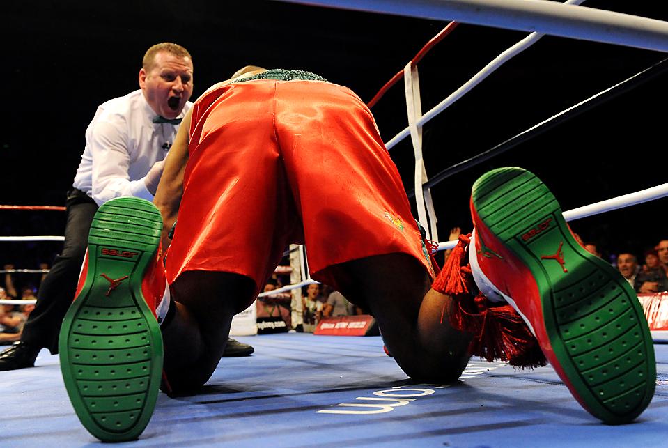 3) Судья объявляет нокаутированным боксера из США Роя Джонса в первом раунде боя за чемпионский титул в первом тяжёлом весе Международной боксерской организации против австралийца Дэнни Грина в Сиднее. (Torsten Blackwood/Agence France-Presse/Getty Images)