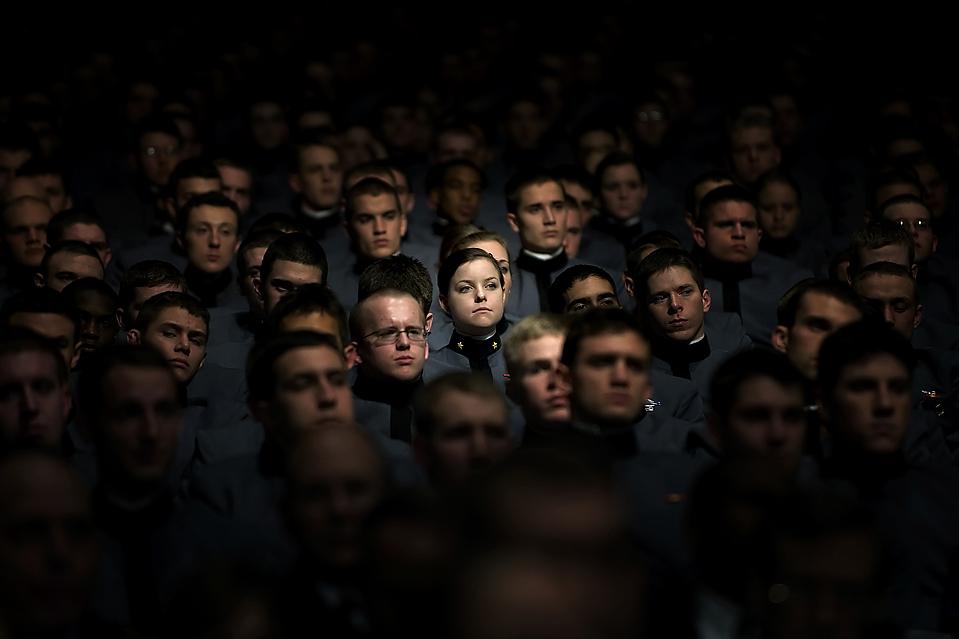 5) Курсанты Вест Пойнт слушают выступление Обамы, который сообщил американскому народу, что планирует отправить, по меньшей мере, еще 30 тысяч солдат в Афганистан. Он сказал, что вывод войск начнется в июле 2011 год. (Jim Watson/Agence France-Presse/Getty Images)