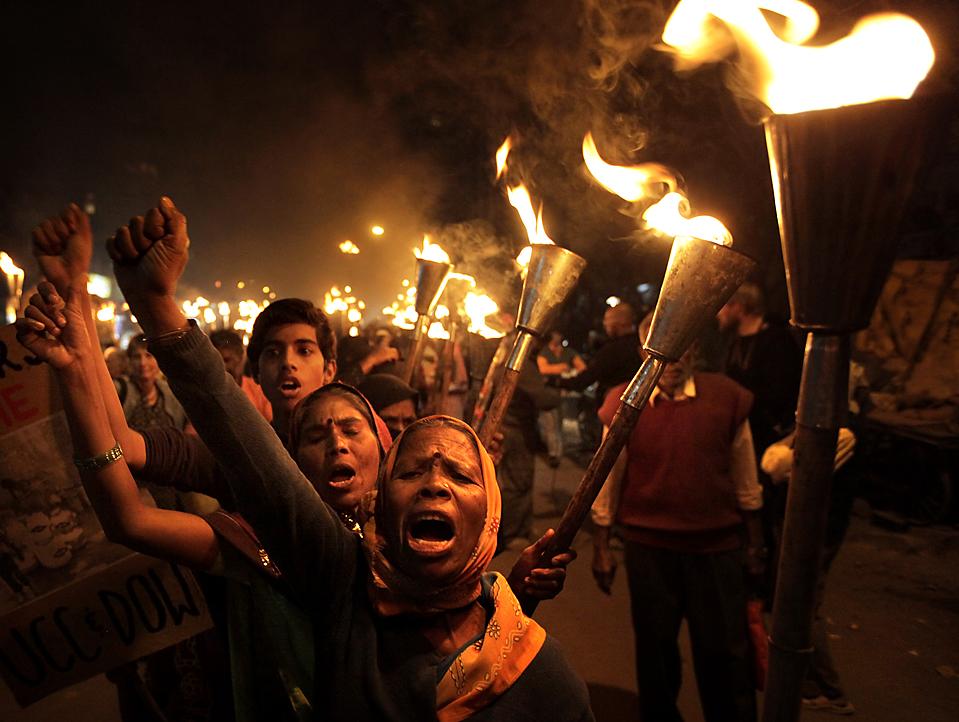 7) Активисты скандируют лозунги во время акции по случаю 25-летия утечки газа на заводе пестицидов в Бхопале в декабре 1984 года, в результате которого погибли тысячи людей. (Reinhard Krause/Reuters)