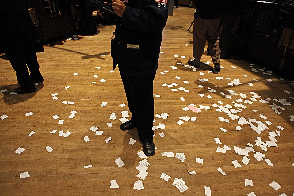 8) Трейдер в Нью-Йоркской фондовой бирже. (Finbarr O'Reilly/Reuters)
