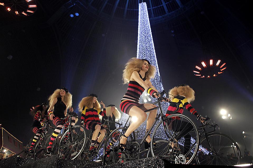 9) Модели демонстрируют наряды от французского дизайнера Сони Рикель во время ее шоу для H & M в Париже. (Thibault Camus/Associated Press)