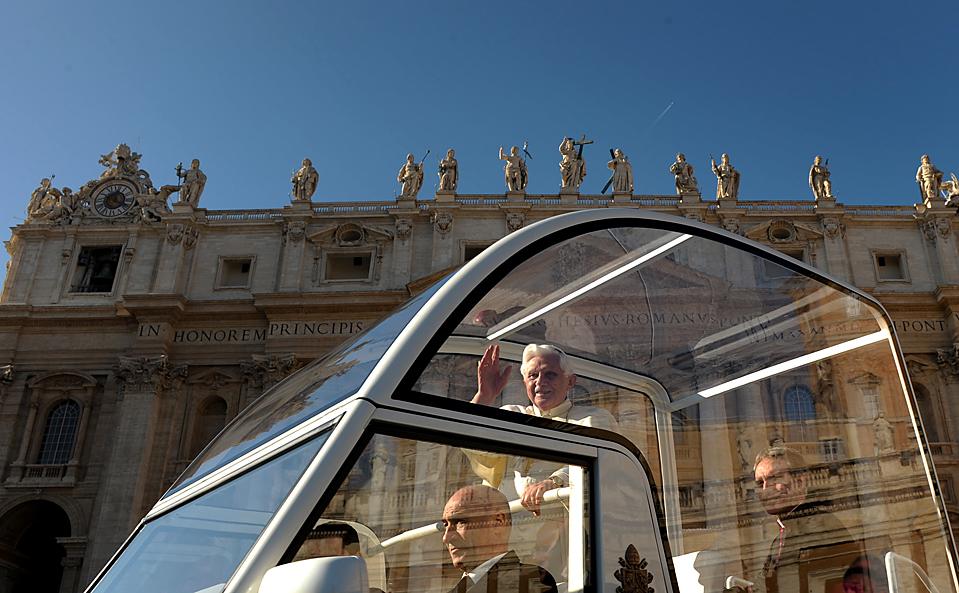 10) Папа Бенедикт XVI машет верующим во время прибытия на свою еженедельную аудиенцию на площади Святого Петра в Ватикане. (Christophe Simon/Agence France-Presse/Getty Images)