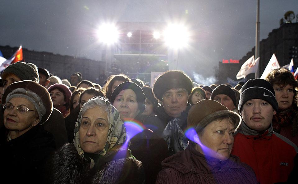 13) Люди собрались в Москве в знак протеста против терактов. На веб-сайте чеченские боевики взяли на себя ответственность за взрыв поезда, произошедший на прошлой неделе, в результате которого было убито по меньшей мере 26 человек. (Сергей Пономарев/Associated Press)