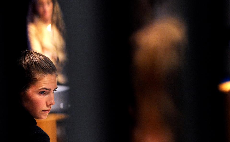 15) Американская студентка Аманда Нокс прибыла в зал суда в Перудже, Италия. Аманду и ее бывшего бойфренда, Рафаэле Соллесито, в настоящее время судят за убийству Мередит Керхер, которое произошло в 2007. (Tiziana Fabi/Agence Fance-Presse/Getty Images)