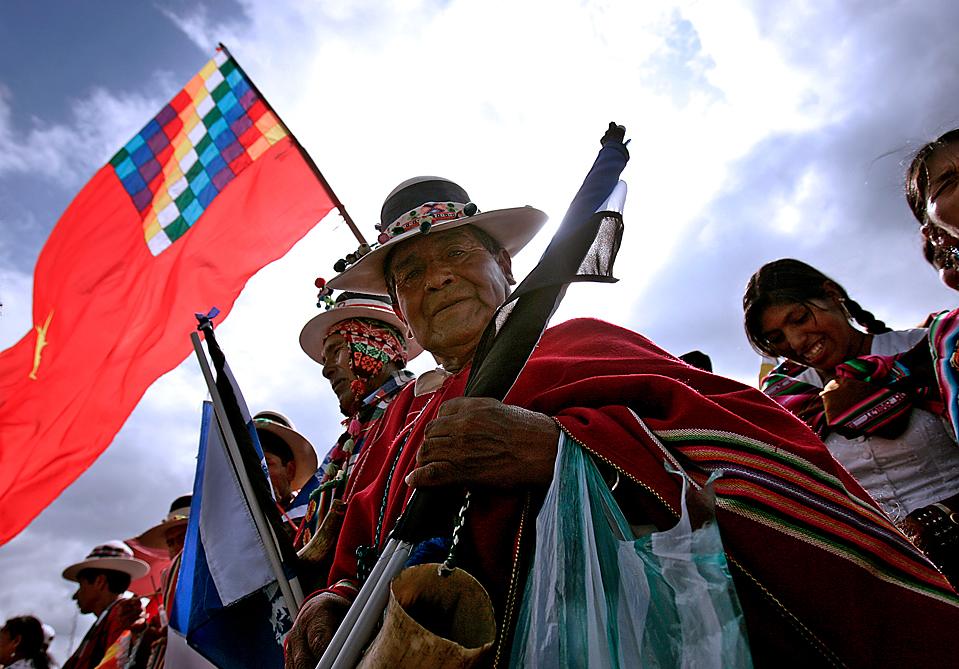1) Сторонники президента Боливии Эво Моралеса участвуют в предвыборном митинге в Санта-Крус-де-ла-Сьерра, Боливия. Президентские выборы и выборы в конгресс пройдут в стране в это воскресенье. Опросы показывают, что Моралес на 30 пунктов опережает своего главного противника Манфреда Рейеса. (Desiree Martin/Agence France-Presse/Getty Images)