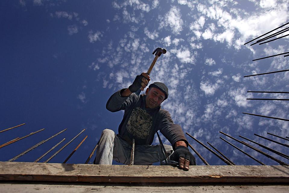2) Палестинские рабочие на стройке жилого дома в еврейском поселении Гиват-Зеев на Западном берегу. (David Silverman/Getty Images)