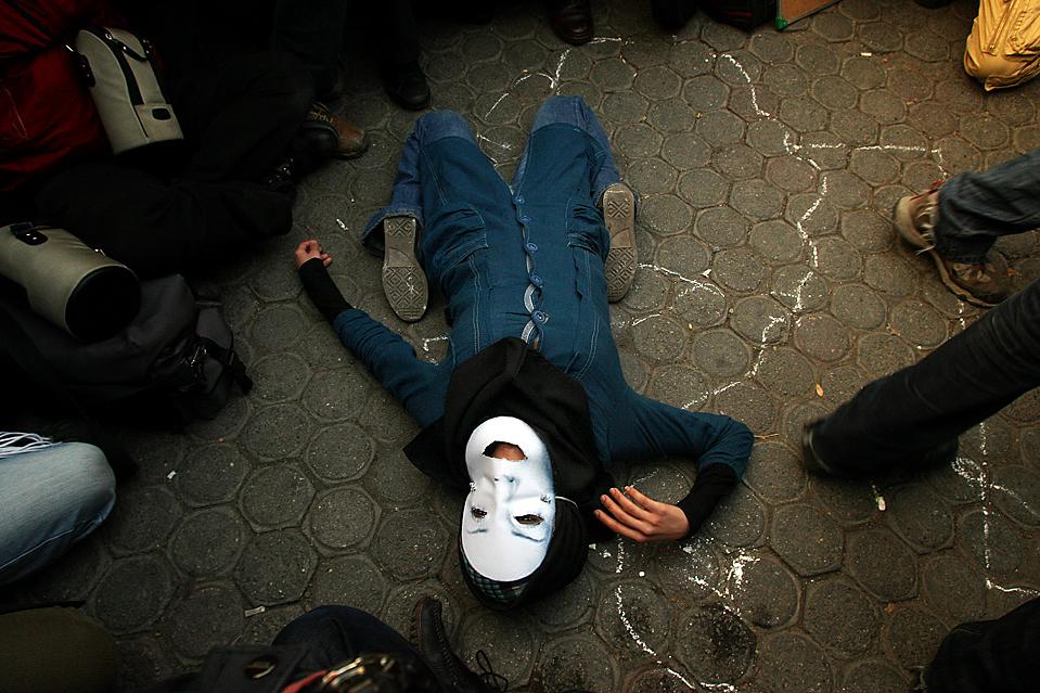 7) Протестующие перед британским посольством в Тегеране инсценируют смерть Неды Ага-Солтан, которая была убит в Иран в июне, во время акций протестов после выборов. Протестующие требовали репатриации свидетеля, Араша Хеджази, из Великобритании. (Atta Kenare/Agence France-Presse/Getty Images)