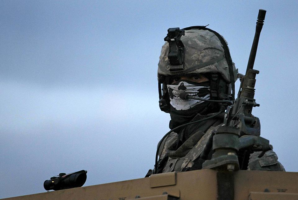 8) Стрелок, который зачищает маршрут для военнослужащих, с передовой оперативной базы Airborne, возле Майдан Шар, в афганской провинции Вардак. (Dario Lopez-Mills/Associated Press)