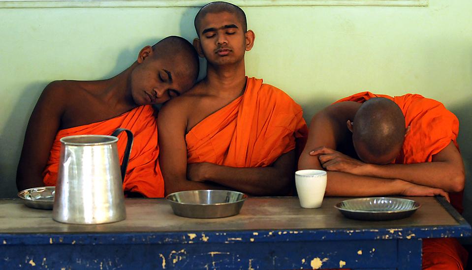 10) Студенты-монахи ждут завтрака в Vidyalankara Pirivena, высшем учебном заведении для буддийских священнослужителей, в Коломбо, Шри-Ланка. (Ishara С. Kodikara/Agence France-Presse/Getty Images)