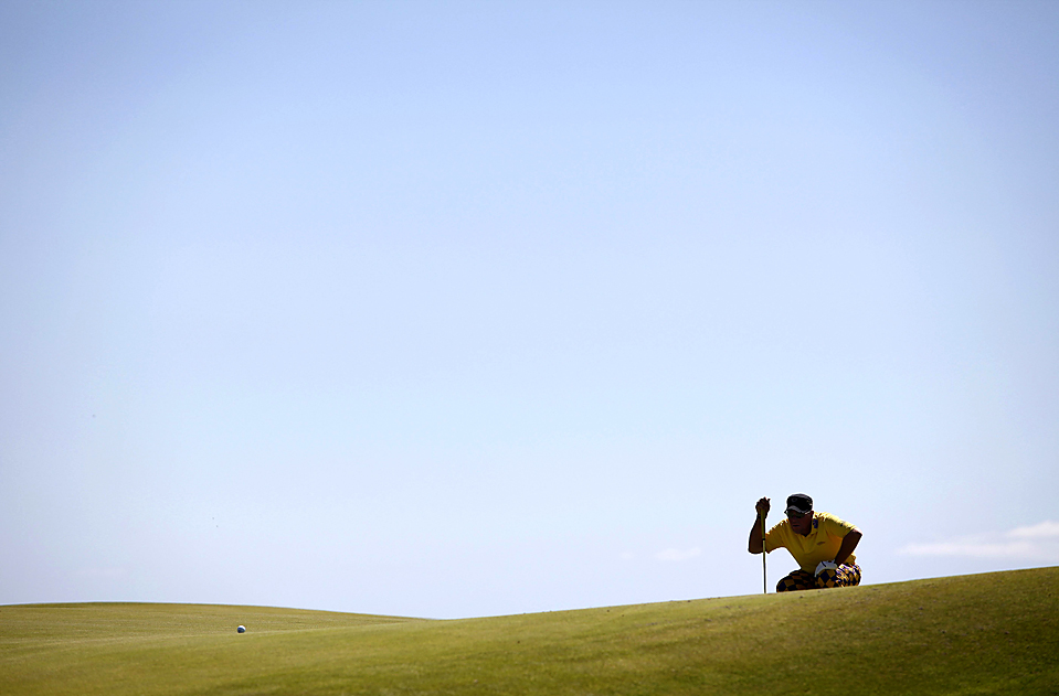 12) Джон Дейли, спортсмен из США, в ходе первого раунда турнира по гольфу Открытого чемпионата Австралии в Сиднее. (Daniel Munoz/Reuters)