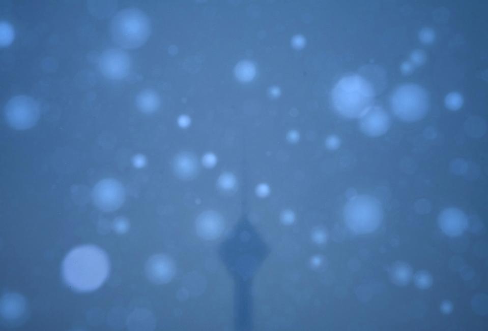 13) Телекоммуникационная башня Милад во время снегопада в Тегеране. (Morteza Nikoubazl/Reuters)