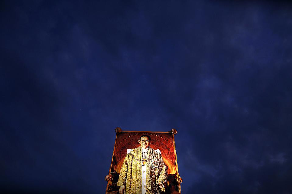 15) Портрет тайского короля Пумипона Адульядета на Международном фестивале воздушных шаров в Аюттхая, Таиланд. Король, который был госпитализирован с сентября, как ожидается, появится на публике в Бангкоке в субботу, по случаю его 82-летия. (Damir Sagolj/Reuters)