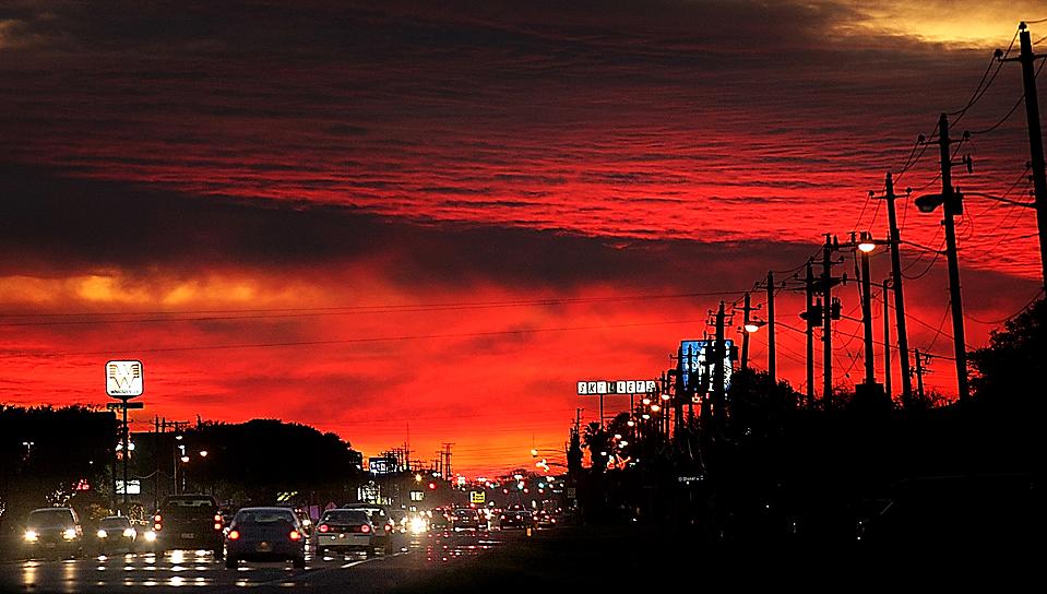 16) Оживленное движение на фоне заката в штате Виктория, штат Техас. (Frank Tilley/Victoria Advocate via Associated Press)