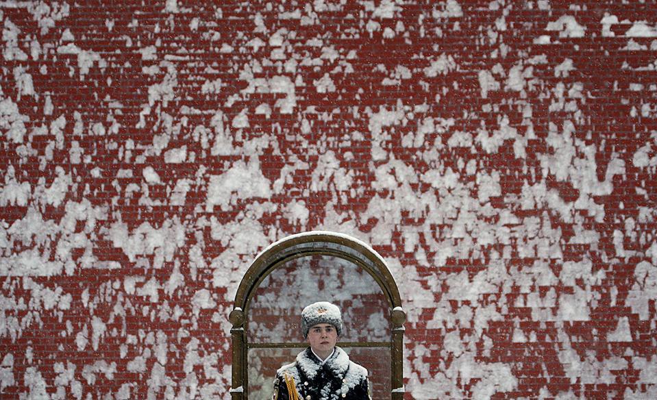 2. Солдат караула стоит у Вечного огня у Кремля в Москве. Сильный снегопад обрушился на столицу России впервые в этом сезоне после необычно теплой погоды в начале декабря. (Ivan Sekretarev/Associated Press)