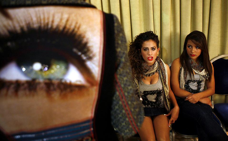5. Израильско-арабские участницы готовятся к конкурсу красоты «Мисс арабского мира 2009» в Шефараме, недалеко от Хайфы, Израиль. В конкурсе победила Манар Дабах из поселка Дайрел Асад. (Gil Cohen Magen/Reuters )