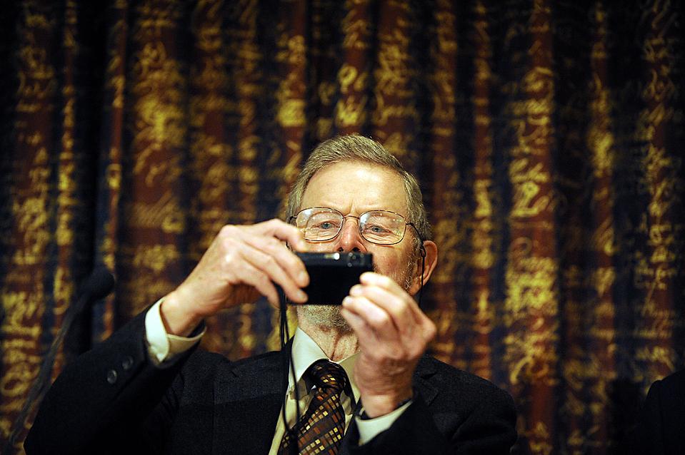 7. Нобелевский лауреат 2009 по физике американец Джордж Смит, который делит эту награду с Чарльзом Као и Уиллардом Бойлом, на пресс-конференции в Королевской Шведской академии в Стокгольме. (Olivier Morin/AFP/Getty Images)