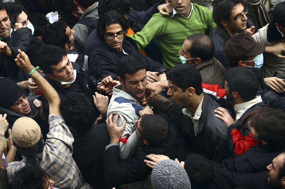 10. Иранские студенты – сторонники реформы дерутся с ее противниками. Снимок сделан во время демонстрации в кампусе Тегеранского университета в Иране. (Associated Press)