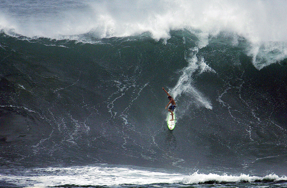 1) Профессиональный серфер Риф Макинтош на большой волне у залива Waimea на Гавайях. Ожидается, что всю среду тут будут волны больше 15-ти метров. (Hugh Gentry/Reuters)