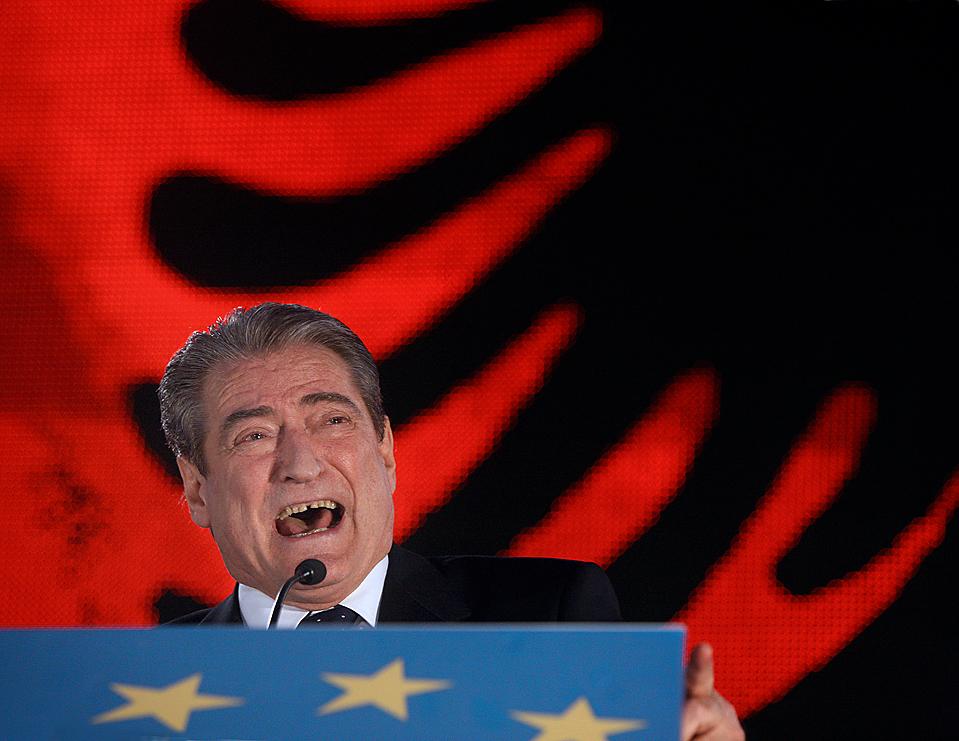 5) Премьер-министр Сали Бериша выступает на митинге в Тиране, Албания, который прошел в память студенческого восстания 1990 года, положившего конец коммунистическому режиму в стране. (Hektor Pustina/Associated Press)