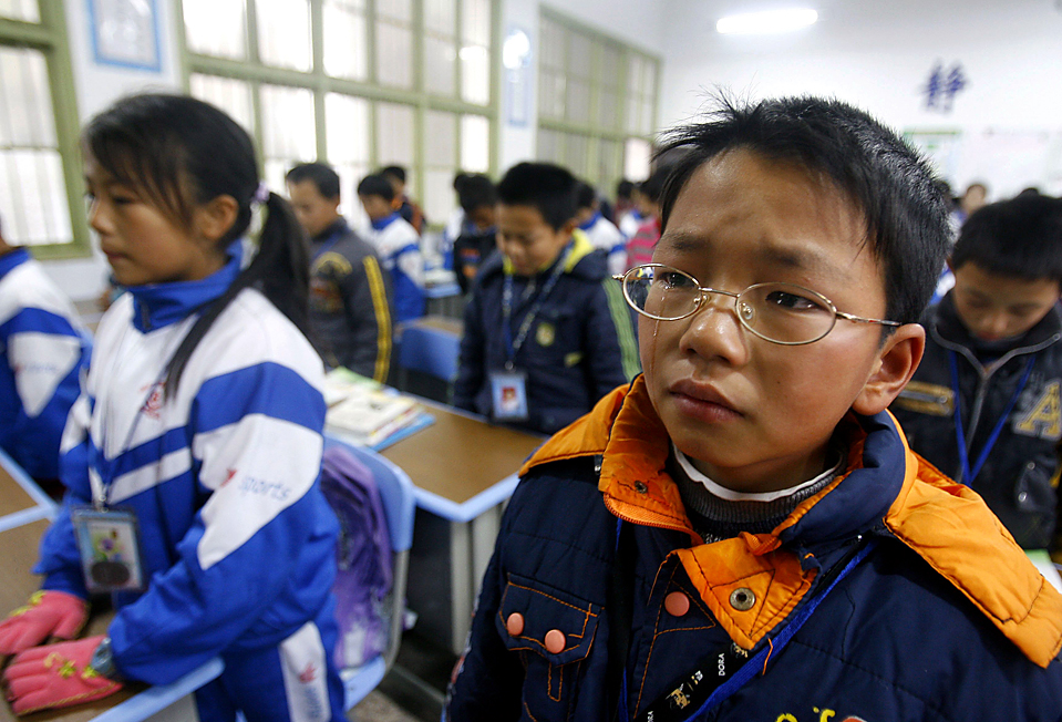 7) Школьники оплакивают восемь своих одноклассников, которые погибли в давке в школе в Сянсян, китайская провинция Хунань. Кто-то из детей споткнулся, в то время как сотни детей, бежали по узкой лестнице после уроков, что и привело к несчастному случаю. (Reuters)