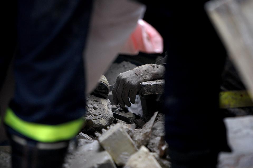 11) Спасатели обнаружили эту руку в руинах здания, которое обрушилось в результате взрыва трех бомб в Багдаде. Взрыв произошел во вторник, в результате погибли более 120 человек. (Ahmad al-Rubaye/Agence France-Presse/Getty Images)