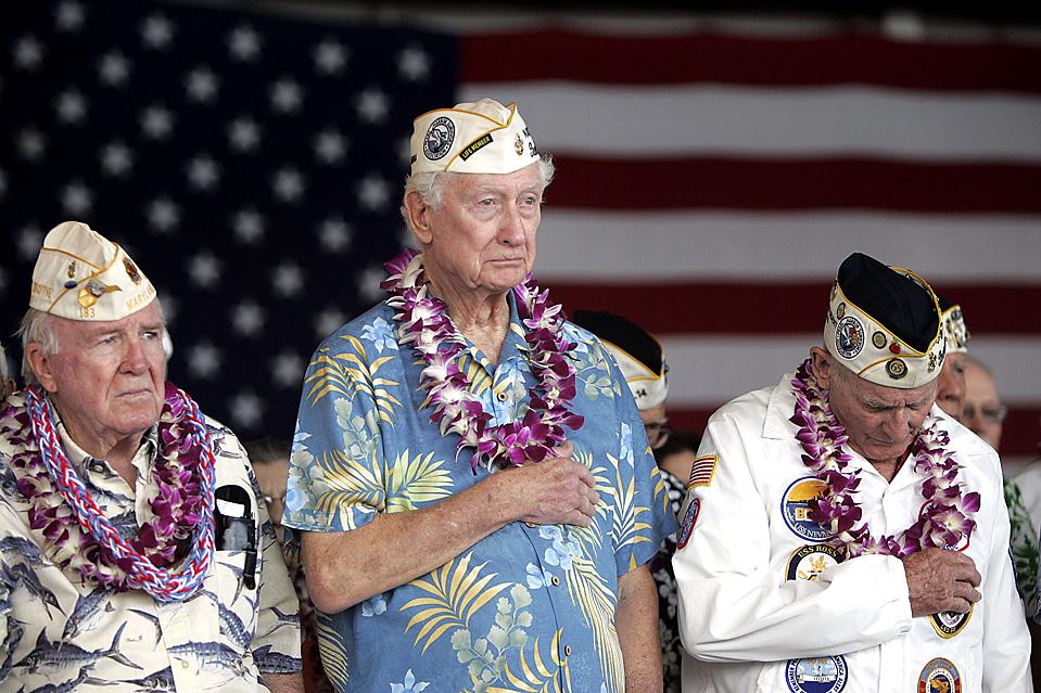 12) Военнослужащих, которые пережили 7 декабря 1941, когда произошло нападение на Перл-Харбор, чествовали в Гонолулу во время 68-й годовщины нападения. (Marco Garcia/Associated Press)