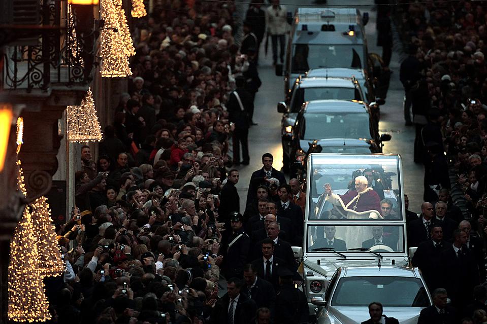 13) Папа Бенедикт XVI едет на папамобиле к Испанской лестнице в центре Рима для традиционной молитвы перед статуей Девы Марии. (Andrew Medichini/Associated Press)