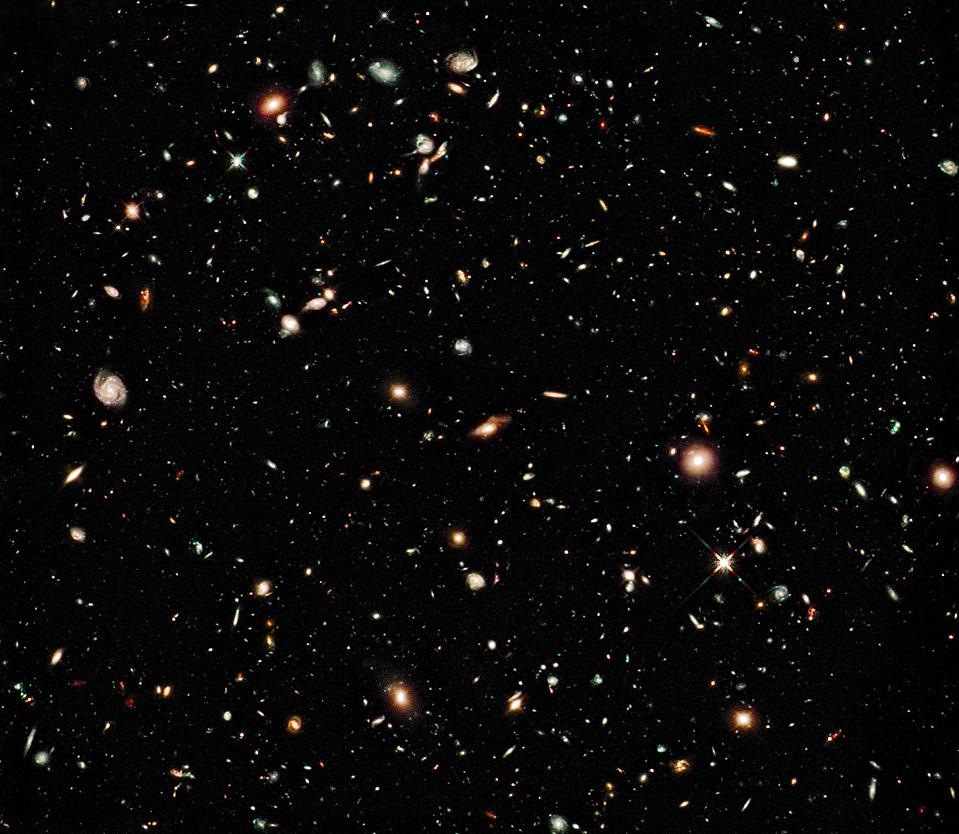 16) На этом снимке, опубликованном во вторник, видно самое глубокое на сегодняшний день изображение Вселенной в ближнем инфракрасном свете. Снимок был сделан с помощью новой Wide Field Camera 3, установленной на борту космического телескопа Хаббла NASA/ESA. Самые тусклые и красные объекты, это вероятно, старейшая из обнаруженных галактик. (ЕКА/Agence France-Presse/Getty Images)