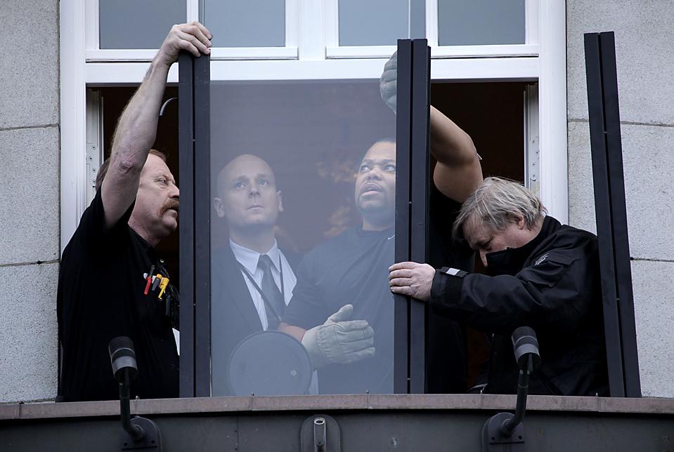 6) Норвежские и американские сотрудники безопасности устанавливают пуленепробиваемое стекло на террасе отеля в Осло, где остановится президент Барак Обама. Обама будет получать Нобелевскую премию в четверг. (John McConnico/Associated Press)
