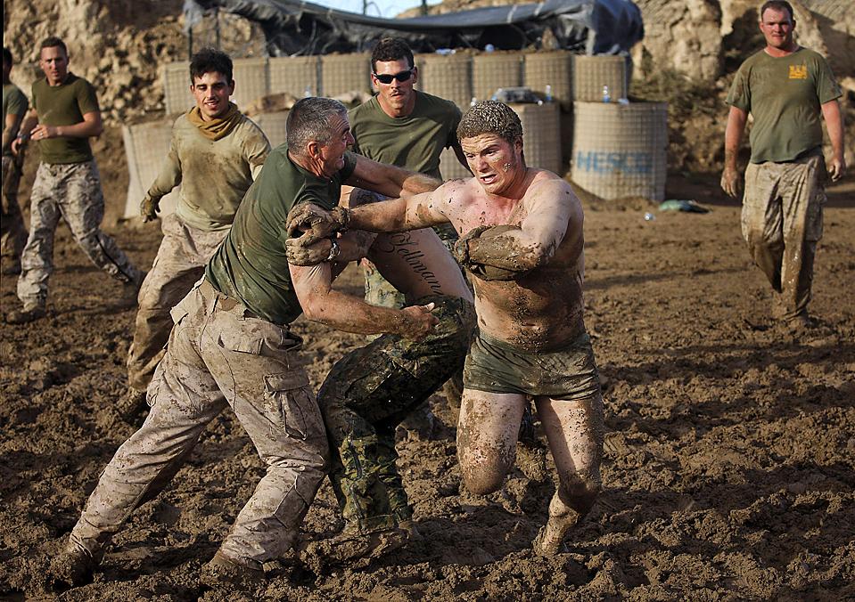 10) Американские военные играют в футбол после дождя на военной базе в Хан Нешин, на юге Афганистана. (Kevin Frayer/Associated Press)