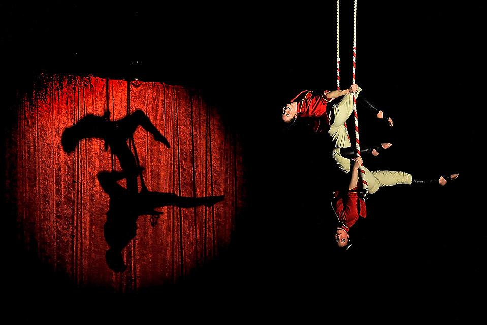 12) Каролин Уолш и Ханна Крайль демонстрируют номер на трапеции в Национальном институте циркового искусства в Мельбурне, Австралия. (Quinn Rooney/Getty Images)