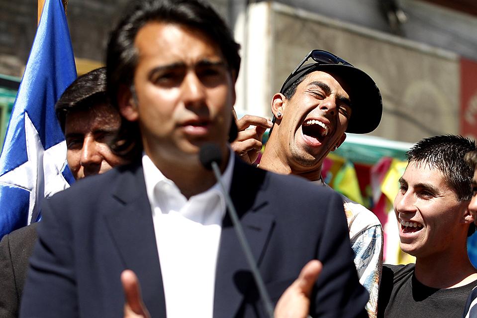 15) Независимый кандидат на пост президента Чили Марко Энрикес-Оминами выступает с речью во время митинга в Сантьяго во вторник. Чилийцы идут к избирательным урнам в первом туре президентских выборов 13 декабря. (Ivan Alvarado/Reuters)