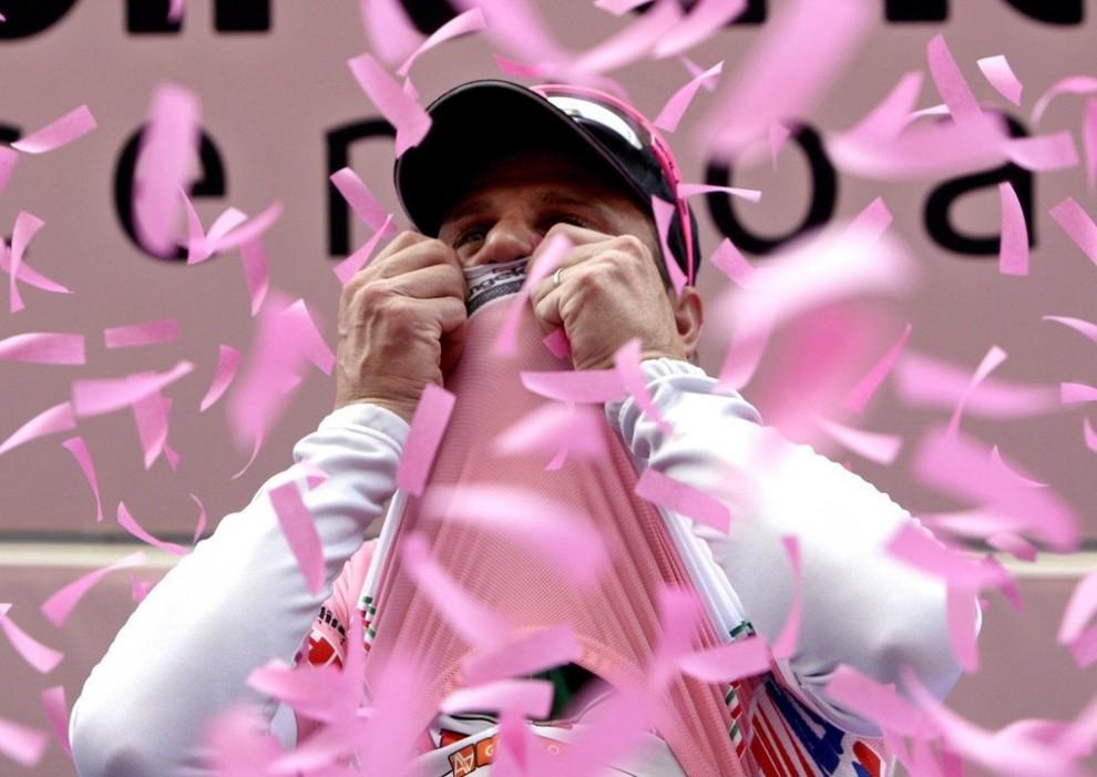 12. Велосипедист Алессандро Петаччи из Италии целует розовую куртку на подиуме, проехав 198 км третьего этапа от Градо до Джиро д'Италия 11 мая 2009 года. Петаччи выиграл этап. (REUTERS/Stefano Rellandin)