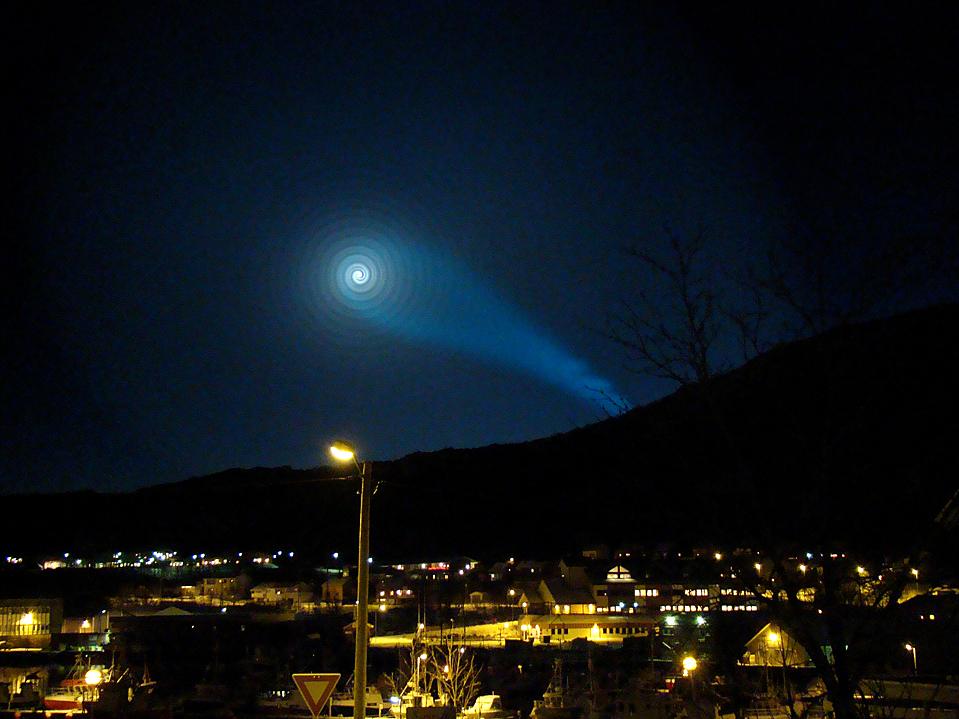 1) Небо над норвежским городом Шервей (Skjervoy) озадачило местных жителей. Объяснение оказалось следующим -  Россия провела испытания своей межконтинентальной баллистической ракеты подводного базирования