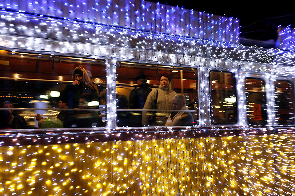 2) Венгры едут на трамвае в Будапеште украшенном  рождественскими огнями. (Laszlo Balogh/Reuters)