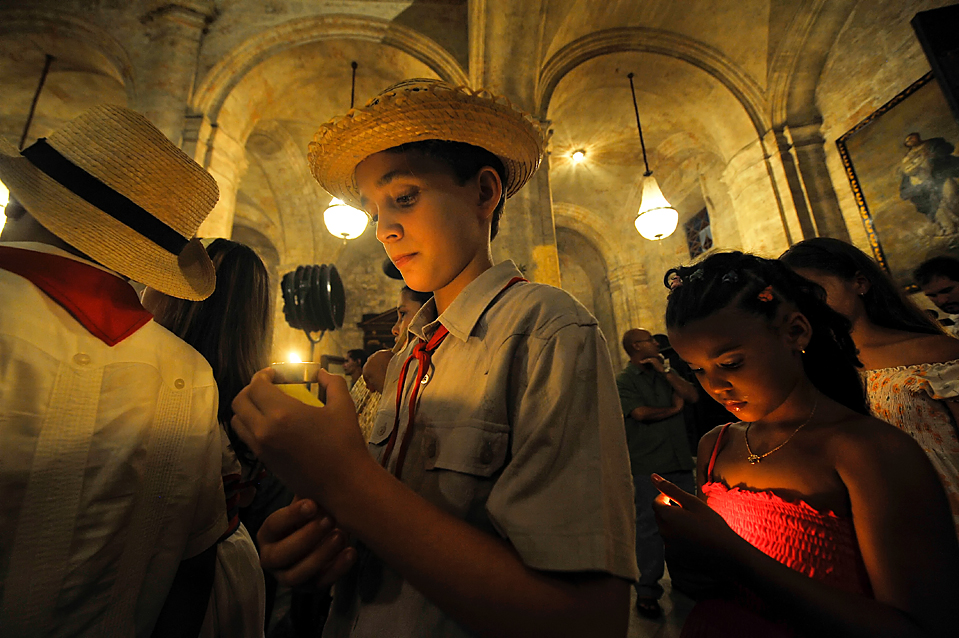 13) Дети принимают участие в мессе направленной против рабства в 21-го веке. Снимок сделан в одном из соборов Гаваны. (Agence France-Presse/Getty Images)