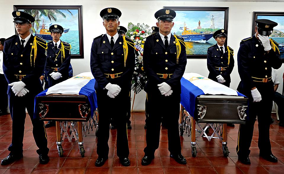 9) Военно-морские курсанты в Манагуа, Никарагуа стоят на карауле во время похорон младшего лейтенанта Джоэла Балтодано и второго сержанта Роберта Сомарриба, которые умерли от ран, полученных в перестрелке с торговцами наркотиками во вторник. (Elmer Martinez/Agence France-Presse/Getty Images)