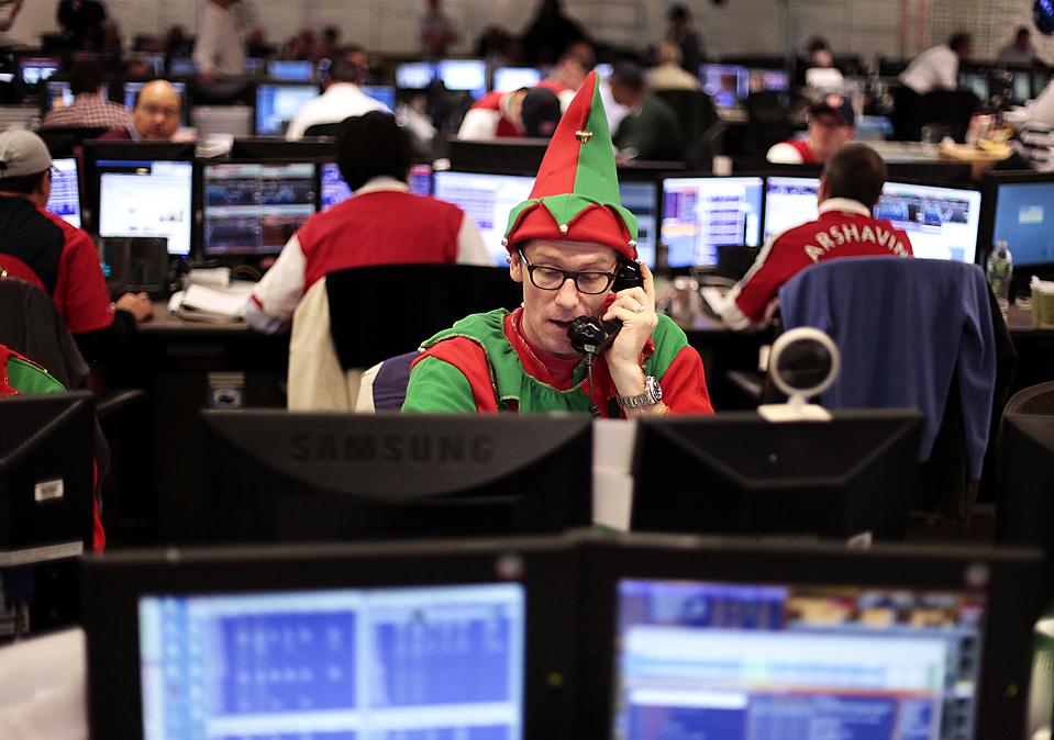 14) Брокер в костюме эльфа в «Intrepid Capital Corporation» в Джерси Сити, Нью-Джерси. (Lucas Jackson/Reuters)