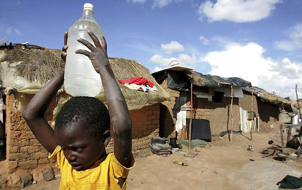 16) Мальчик в городе Эпворс - пригороде столицы Зимбабве, Хараре. Гуманитарные агенства во главе с ООН, начали сбор 378 миллионов долларов США, чтобы удовлетворить гуманитарные потребности Зимбабве. (Philimon Bulawayo/Reuters)
