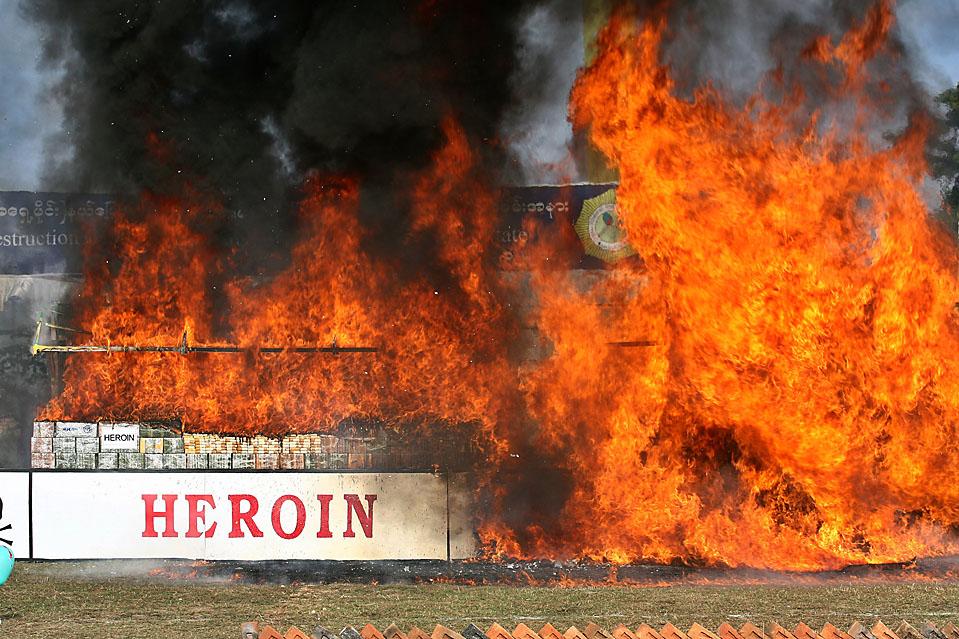 14) Героин, и другие нарготические вещества горят в Кьон Тон, Mьянмар. Согласно завлению начальника полиции генерала Хина Ию, в результате операции уничножено наркотикотиков на 93 миллиона долларов США. (Ein Chan Naing/EPA)