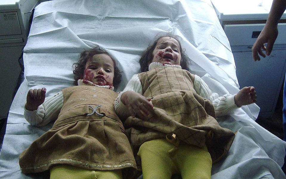 10) Девочки, которые были ранены результате терактов в Багдаде, ждут помощи в больнице. В результате серии взрывов заминированных автомобилей были убиты по меньшей мере 112 человек. Обломки автобусов и обгуленные части тела были разбросаны на десятки метров. (Stringers/Reuters)