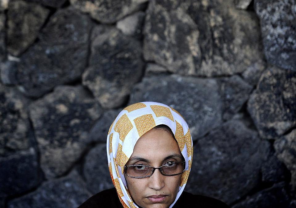 """4) Аминэтоу Хайдар, активистка из Западной Сахары, проводит пресс-конференцию в аэропорту Арресифа де Ланзарота в Испании. Госпожа Хайдар, которая объявила 25-дневную голодовку, вновь подтвердила свое намерение возвратиться домой """"живой или мертвой."""" Она пьет только воду с 16 ноября, спустя три дня после того, как марокканские власти не разрешали ей въезд в Западную Сахару, которя является спорной территорией, захваченной Рабатом в 1975. Предположительно, власти конфисковали ее паспорт и отослали назад на Канарские Острова. (Stringer/AFP/Getty Images)"""