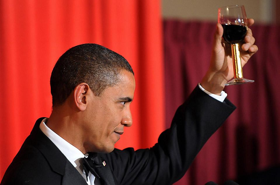 3) Американский президент и лауреат Нобелевской премии мира Барак Обама во время тоста на банкете в Осло в четверг. Обама получил Нобелевскую премию мира, осозанавая свою роль как лидера во время войны, но подчеркнул, что вооруженные конфликты могут быть нравственно оправданы. (Jewel Samad/AGP/Getty Images)