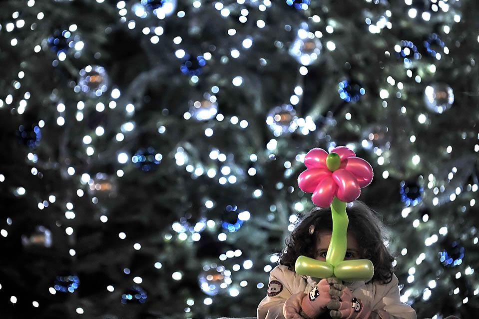 17) Девочка у рождественской елки на площади Синтагма в Афинах. (Aris Messinis/Agence France-Presse/Getty Images)