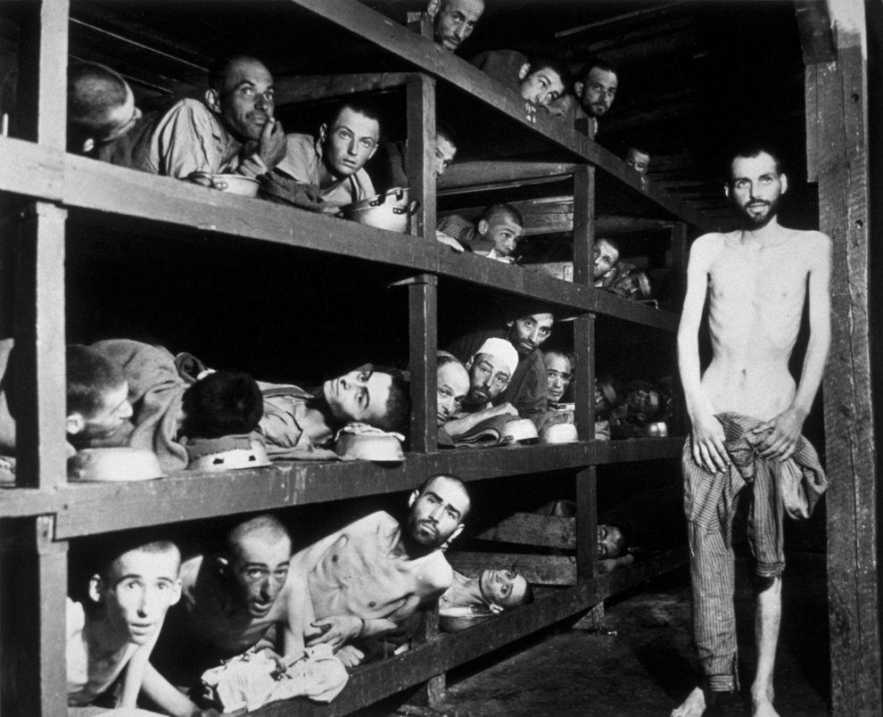 12) Люди, которые прошли через Бухенвальд. Над узниками проводилось множество медицинских опытов, в результате которых большинство умерли мучительной смертью. (H Miller/Hulton Archive/ fotobank.ua / 16 апреля 1945/ Германия, Бухенвальд)