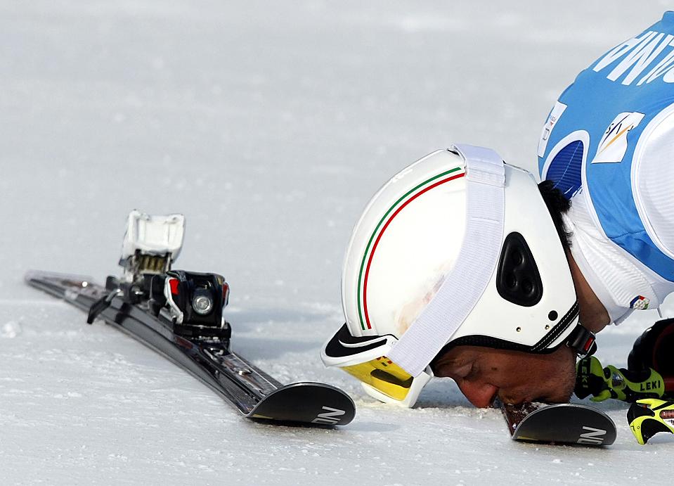 5) Итальянец Массимилиано Блардоне целует свою лыжу, после того, как занял второе место среди мужчин на Кубке мира по слалому в Валь д'Изер, Франция. Австриец Марсель Хирчер занял первое место. (Denis Balibouse/Reuters)