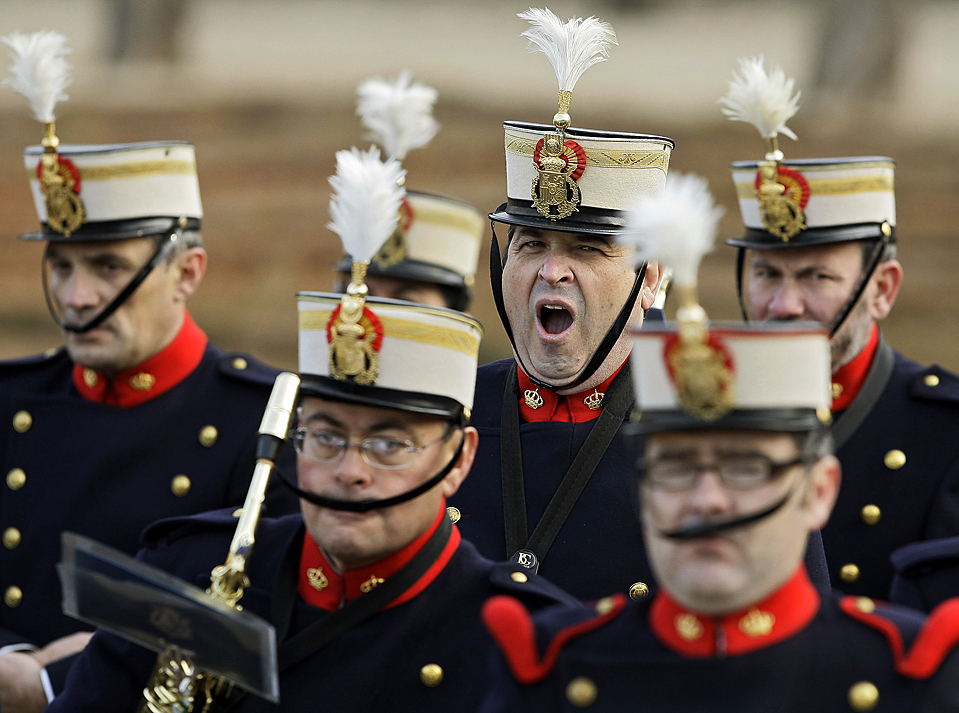 6) Член Королевской гвардии зевает в ожидании прибытия президента Вьетнама Нгуен Минь Чиета во дворец Пардо в Испании. (Victor R. Caivano/Associated Press)